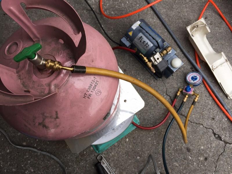全くガスがない、冷えない家庭用エアコンの、ガス補充の方法(量りを使用します)